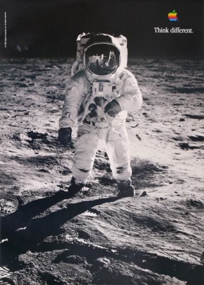 En vente :  APPLE THINK DIFFERENT - Neil Armstrong &  Buzz Aldrin on the Moon
